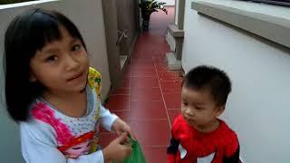 Siêu nhân người nhện và elsa săn và bóc đồ chơi. Superman spider and elsa hunt and peel toys