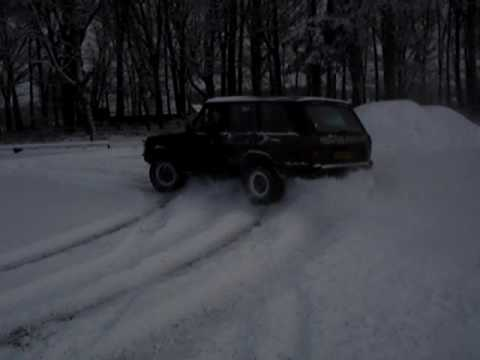 4x4 Range Rover Classic drift in snow donuts
