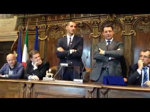 Il sindaco di Viterbo, Giulio Marini, saluta Leonardo Bonucci, viterbese, giocatore della Juventus
