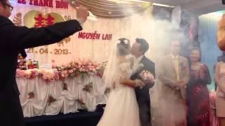 Cô dâu ,chú rể hôn nhau :)