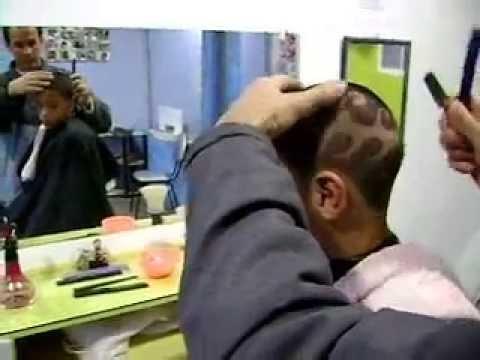 a demostração de desenhos na çabeça com navalha  cortes de cabelo com na val