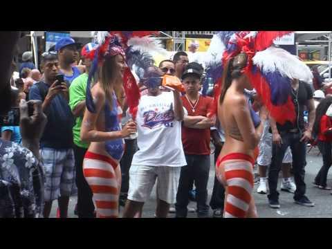 Desnudas en desfile