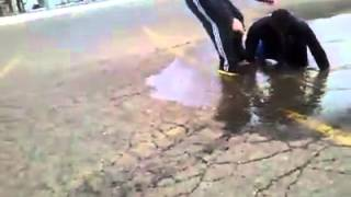 Salta en un charco de agua y desaparece