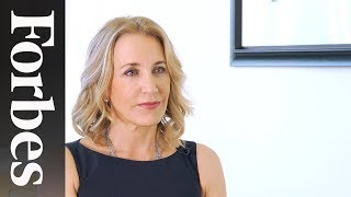 "Felicity Huffman Shuns The ""Perfect Mother"" Myth 