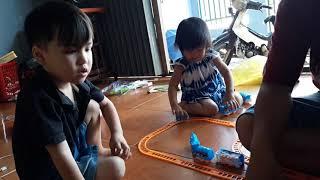 Bo chôm chơi xe tàu hỏa