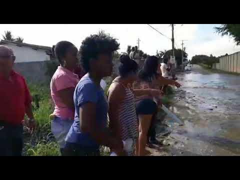 Flagrante das águas dificultando passagem na rua Itaciquara, do SIM