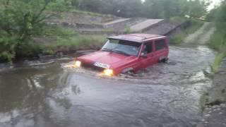 Przejazd przez wodę. Jeep Cherokee XJ 2.5l 3D offroad 4x4