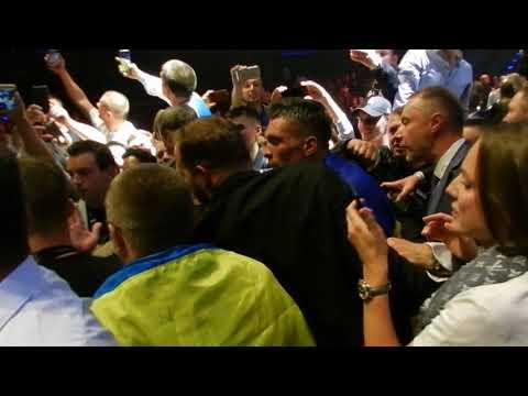 Боксер Усик покидает ринг после победы над Хуком 09 09 2017