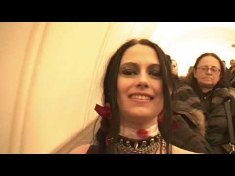 ВАМПИРША-ГОТ В МЕТРО (Vampire goth with mother in subway)