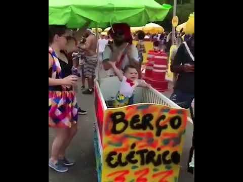 Berço Elétrico faz a alegria de bebê em carnaval