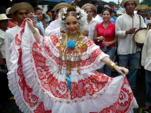 Mileydis Vargas, reina de Calle Arriba de Las Tablas se luce en las calles de Guarare
