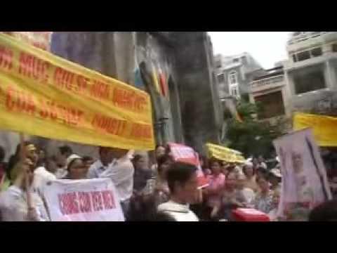 Cầu nguyện trước Tòa TGM Hà Nội ngày 7/5/2010 sau khi đón Đức Tân TGM Phó