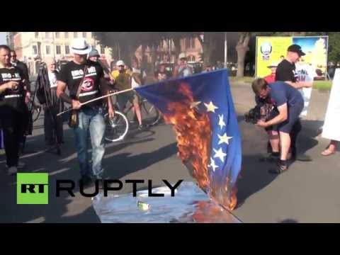 Latvia: EU flag burned in protest against Euro-Zone entry