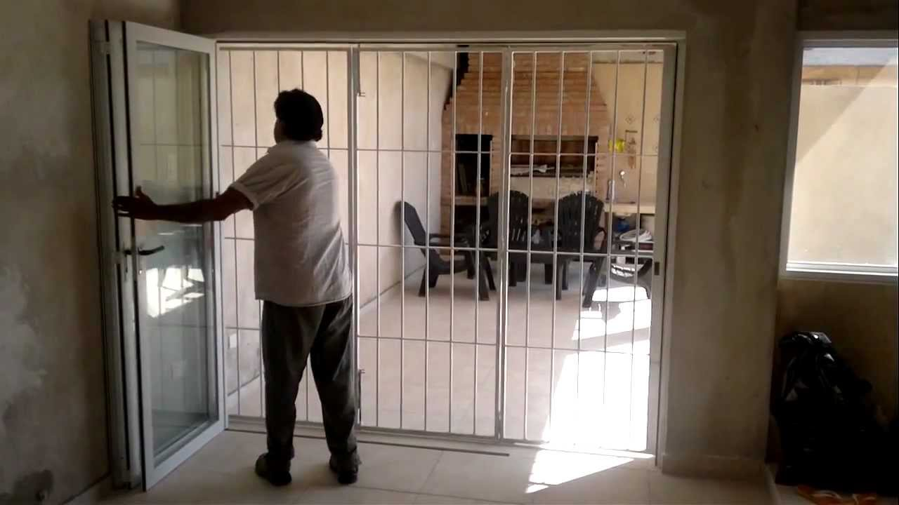 Puerta plegable reja de hierro youtube for Puertas corredizas metalicas