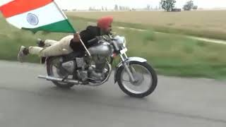 मोटर साइकिल पर कितना खतरनाक स्टंट