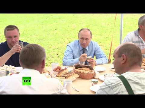 Путин отобедал с механизаторами в Тверской области