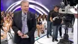 Calça de Silvio Santos cai durante o programa