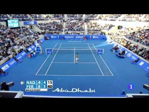 Rafa Nadal y David Ferrer ayudan a un recogepelotas lesionado