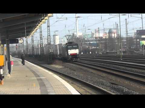 BR 189 der MRCE Dispolok mit European Logistics Auflieger Zug der fuhr durch Gütersloh