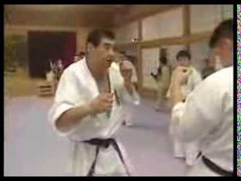 Kyokushin karate technique for moving opponent's guard to create opening Image 1