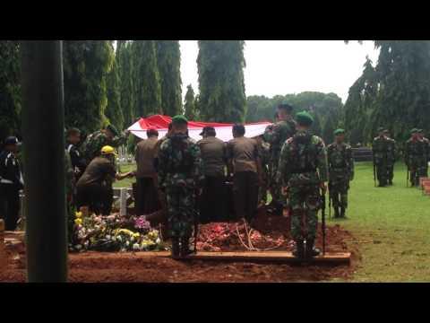 Prosesi pemakaman Kapt  CPM (purn) SOETOMO DI TMP KALIBATA PART...