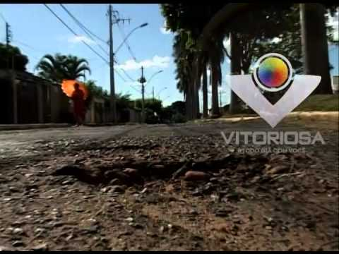 Motoristas e moradores da Avenida Padre Norberto reclamam dos buracos na via