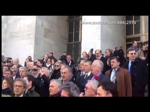 Adunata del PDL con inno davanti al tribunale di Milano in favore di berlusconi.