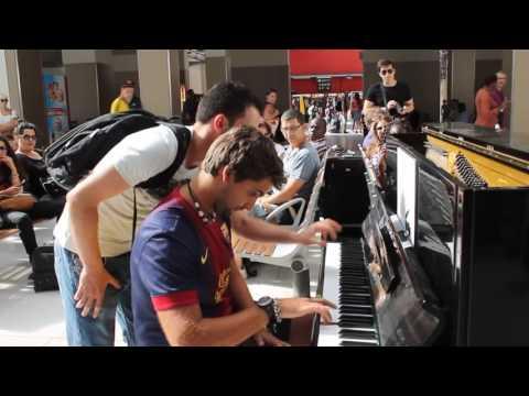 Gra Na Pianinie Przypadkowych Ludzi Na Lotnisku W Paryżu - Zobacz Do Końca Coś Niesamowitego!