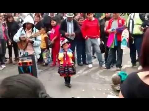 niña talentosa sorprende cantando en las calles