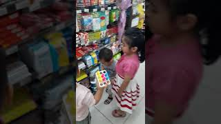 các em bé chơi ở siêu thị ministop