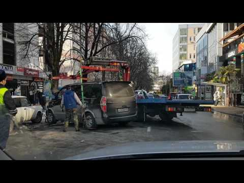 009 Сочи эвакуатор не смог поднять машину и стукнул ее!!!