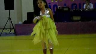 Menina Aryadna dançando