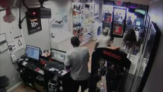 Robbers get locked in cellphone store, crowd watches and laughs  from doctor lurkenstein