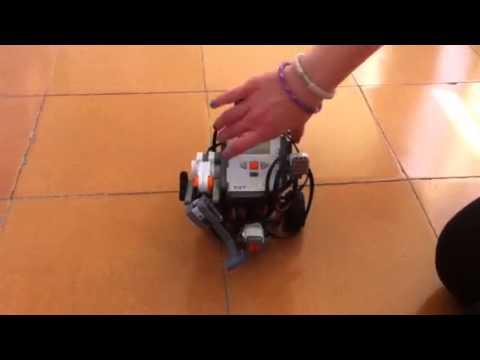 LEGO Mindstorms NXT. Robot Que Detecta Objectes Davant Amb El Sensor D'ultrasons