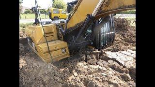 Pelle excavatrice Caterpillar, CAT 320D enlisée et sortie par pelle CAT 330F