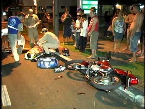 ACIDENTE ENTRE CARRO E MOTO NA AV  JK  EM MGÁ E DEIXA MOTOCICLISTA FERIDO
