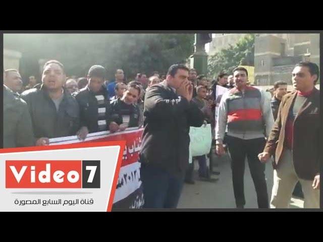 """بالفيديو..""""عساكر"""" يتظاهرون أمام وزارة الداخلية للمطالبة بتفعيل قرار تعيينهم"""