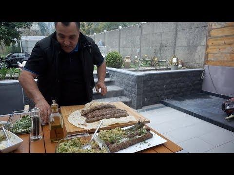 Сочный кебаб из баранины и салат из овощей на углях