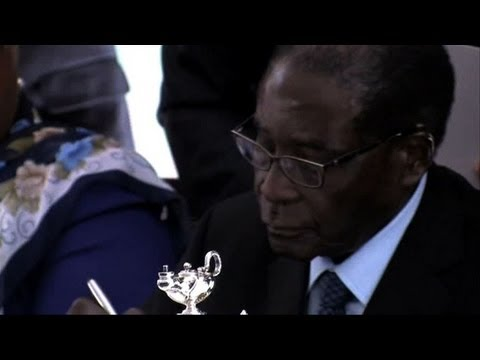 Mugabe signs new Zimbabwe constitution into law