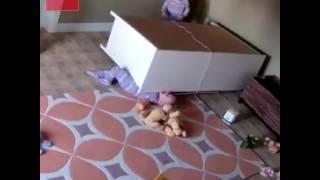 Niño de 2 años rescata a su hermano al que le cayó una cómoda