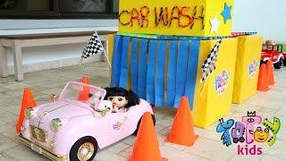 Sara, Mamãe e Duda fazem um Lava Jato de lavar carro 🚿🛁🚗🚕 de Verdade Totoykids!!! Em Portugues