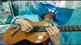 Wah! Pria Ini Jalani Operasi Tumor Otak Sambil Bermain Gitar