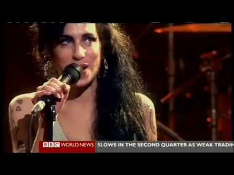 Amy Winehouse dead: Found dead at her London flat. Encontrada muerta en Londres