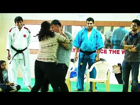 OMG! Women BEATS Akshay Kumar In Public | Self Defense