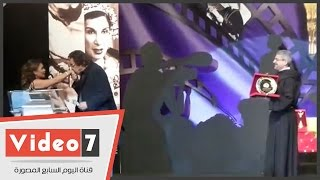 بالفيديو.. سمير الاسكندرانى يُقبل يد مذيعة حفل ختام مهرجان المركز الكاثوليكى للسينما