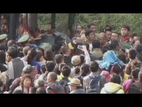 40,000 Chinese tourists SQUEEZE into Jiuzhaigou attraction