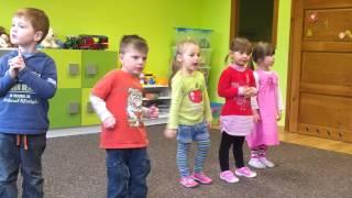 """Dzieci śpiewają piosenkę """"Kapela'"""