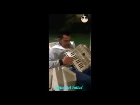 17- Carlos Tevez - Tocando el Acordeón