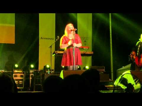 Kelly Clarkson - Cerritos Mall 11/22/14 - Mr. Know It All and Miss Independent