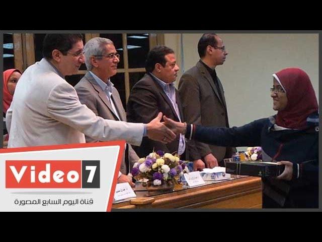 بالفيديو .. كلية الآداب بجامعة عين شمس توزع التابلت على الطلاب المتفوقين